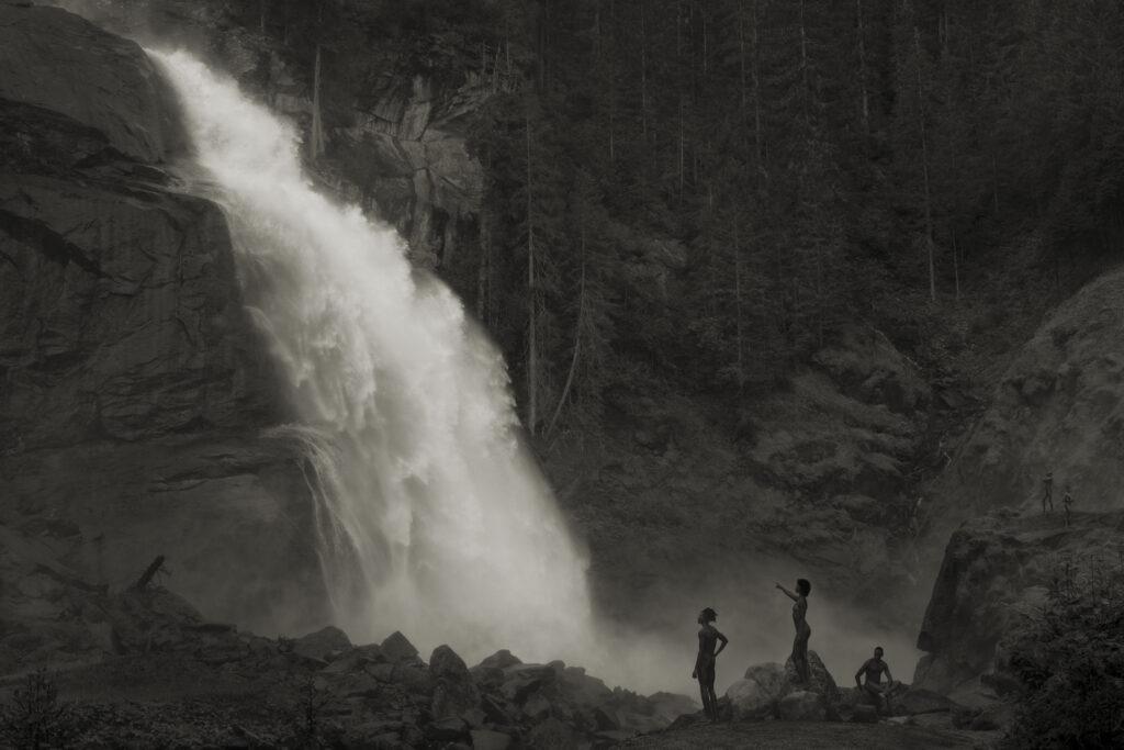 アーウィン・オラフ 《Im Wald, Am Wasserfall》 2020年 ©︎ Erwin Olaf